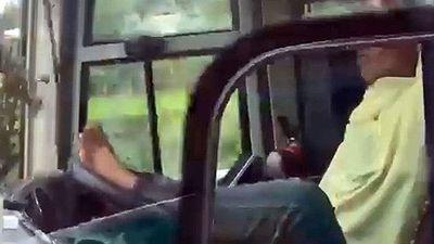 Tài xế dùng chân lái xe ở cao tốc Trung Lương – TP HCM bị sa thải - ảnh 1