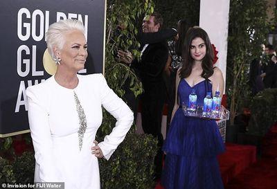 Cô gái bưng nước gây náo loạn thảm đỏ Quả cầu Vàng khiến sao Hollywood phẫn nộ - ảnh 1