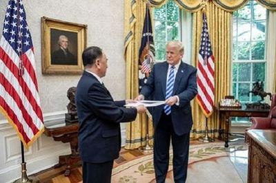"""Cận cảnh bức thư """"khổng lồ"""" ông Kim Jong-un gửi ông Donald Trump - ảnh 1"""