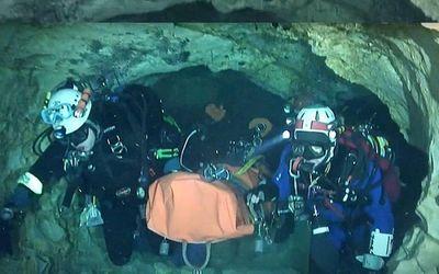Chiến dịch cuối giải cứu đội bóng nhí Thái Lan: Toàn bộ 12 cầu thủ và huấn luyện viên đã ra khỏi hang an toàn - ảnh 1