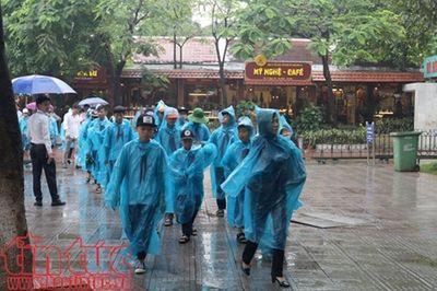 Dòng người đội mưa viếng Lăng Bác - ảnh 1