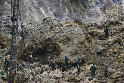 Huy động chó nghiệp vụ tìm kiếm các nạn nhân bị vùi lấp ở Hòa Bình - ảnh 1