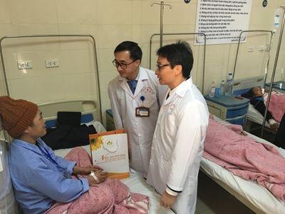 Phó Thủ tướng Vũ Đức Đam thăm, tặng quà bệnh nhân ung thư - ảnh 1