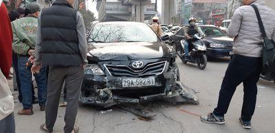 Xe Camry gây tai nạn liên hoàn trên phố Hà Nội chiều 28 Tết - ảnh 1