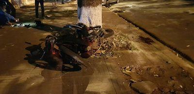 Xe con đâm trực diện xe máy, bé trai 5 tuổi tử vong, bố mẹ bị hất văng lên vỉa hè - ảnh 1