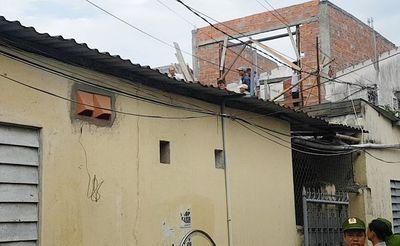 Nam thanh niên nghi ngáo đá cố thủ trên mái nhà - ảnh 1