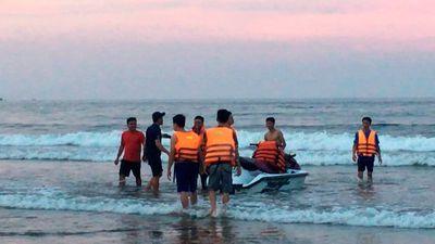 Vụ 8 du khách bị sóng cuốn khi tắm biển: Trung sĩ cảnh sát nhường áo phao cứu sống 4 người - ảnh 1