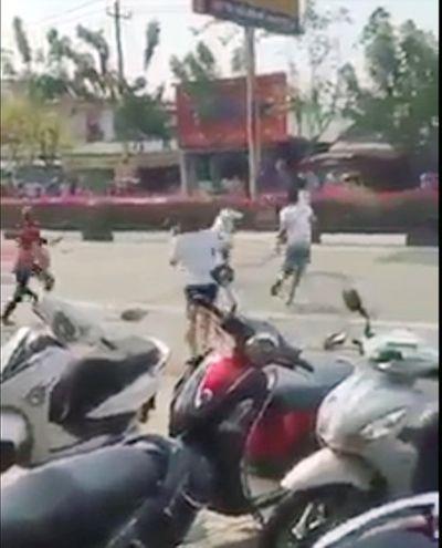 Bị dân vây bắt, nghi can trộm xe máy cầm hung khí chống trả quyết liệt - ảnh 1