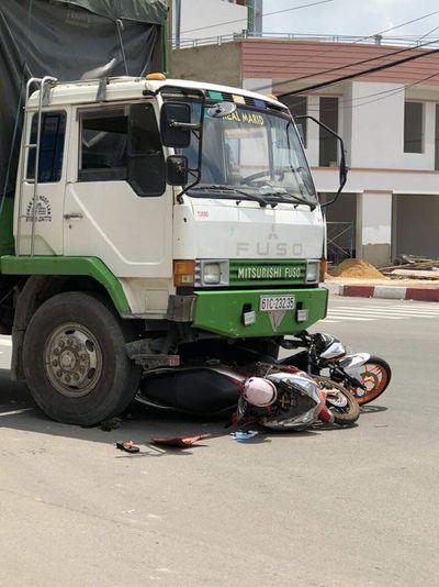Dừng đèn đỏ, 2 xe máy bị ôtô tải cuốn vào gầm - ảnh 1