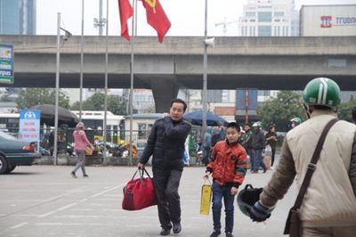 """Người dân """"tay xách nách mang"""" rời Thủ đô về quê nghỉ Tết - ảnh 1"""