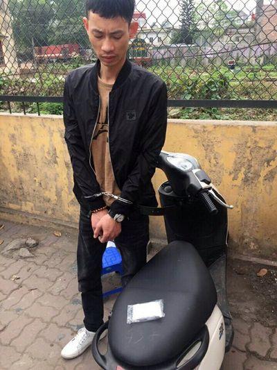 Hà Nội: Tóm gọn đối tượng đang mang ma túy đá đi bán - ảnh 1