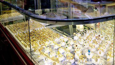 Người dân vây bắt tên cướp tiệm vàng - ảnh 1