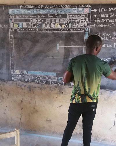Thầy giáo châu Phi vẽ màn hình MS Word lên bảng phấn được Microsoft hứa tặng máy tính - ảnh 1