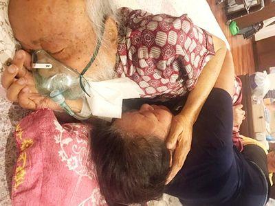 Xúc động hình ảnh thầy Văn Như Cương ôm vợ trước khi vĩnh biệt cõi đời - ảnh 1
