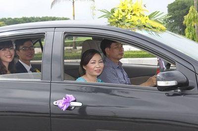 Ghen tỵ với nàng dâu 9X được bố chồng lái xe đón dâu, mẹ chồng trong dàn bê tráp - ảnh 1