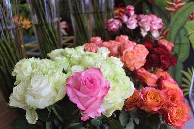 """Hoa hồng được dịp """"thét"""" giá, Socola trong hộp iPhone X hút khách ngày Valentine - ảnh 1"""