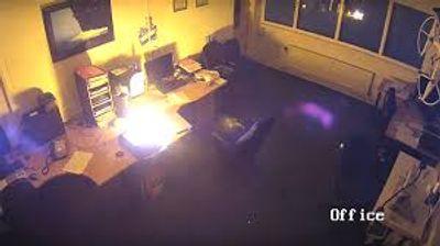 Chiếc Laptop HP Envy đột nhiên phát nổ kinh hoàng khi đang sạc  - ảnh 1