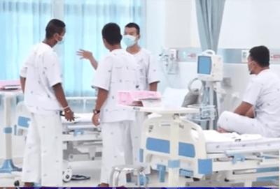 Những hình ảnh đầu tiên của đội bóng nhí Thái Lan tại bệnh viện - ảnh 1
