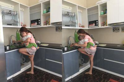 """Lộ diện cuộc sống mẹ bỉm sữa gác chân giữ con để nấu ăn """"bá đạo"""" - ảnh 1"""