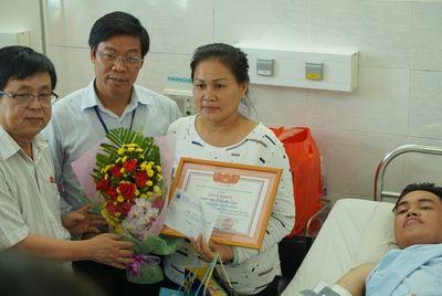 Sinh viên trường ĐH Công nghiệp Thực phẩm TPHCM được trao tặng giấy khen khi tham gia bắt cướp - ảnh 1