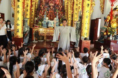 Các thí sinh Cuộc thi Tìm Kiếm Thiên Tài Nhí 2018 nghe giảng về đạo Phật tại chùa Tăng Phúc Tự - ảnh 1