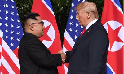 Cận cảnh khoảnh khắc bắt tay lịch sử của ông Donald Trump và ông Kim Jong-un - ảnh 1