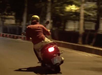 """Clip: """"Ninja Lead"""" đánh võng trên đường Sài Gòn như tay đua thứ thiệt - ảnh 1"""