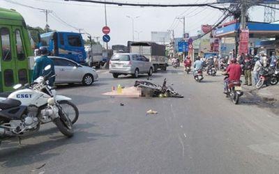 Bị kẹp giữa hai ô tô trọng tải lớn, người đàn ông tử vong dưới bánh xe đầu kéo - ảnh 1