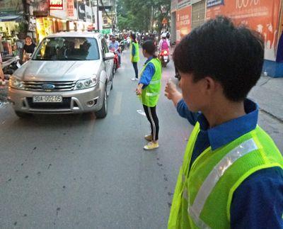 Sinh viên trực tiếp điều hướng giao thông, lợi đủ đường - ảnh 1
