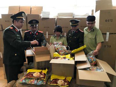 Hà Nội: Thu giữ gần 3 tấn bánh kẹo nhập ngoại không rõ nguồn gốc - ảnh 1