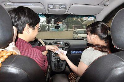 """GrabCar, taxi công nghệ sắp phải gắn mào """"TAXI"""" cố định trên nóc xe? - ảnh 1"""