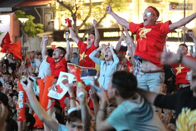 Hàng triệu CĐV đổ ra đường ăn mừng đội tuyển Việt Nam tiến thẳng trận chung kết AFF Cup - ảnh 1