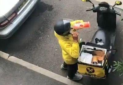 """Clip: Nhân viên giao hàng lén ăn vụng đồ ăn của khách rồi """"chùi mép"""" kỹ càng để không bị phát hiện - ảnh 1"""