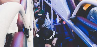 """Hành khách """"phát điên"""" vì xe 45 chỗ nhồi nhét 65 người sau kỳ nghỉ Tết - ảnh 1"""