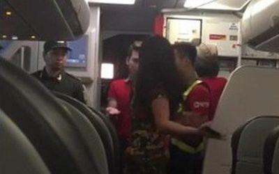 Máy bay hạ cánh vì thời tiết xấu, 2 hành khách chửi bới, dọa đánh tiếp viên - ảnh 1