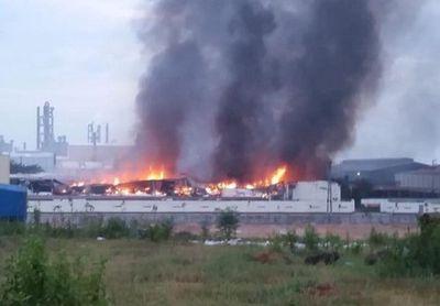 Hiện trường vụ cháy ở KCN Thụy Vân khiến 3 nhà xưởng bị thiêu rụi - ảnh 1