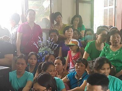 Người dân cầm hoa, đến đông nghịt nghe tuyên án vụ bác sỹ Hoàng Công Lương - ảnh 1
