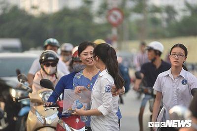 Hình ảnh ngày đầu thi lớp 10 tại Hà Nội: Nhiều thi sinh chạy hớt hải vì đi muộn - ảnh 1
