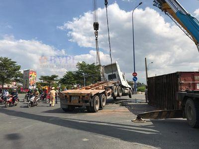 TP.HCM: Xe container bất ngờ lật nhào, đại lộ Mai Chí Thọ kẹt cứng - ảnh 1