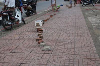Những hàng gạch xếp dài trước cổng nhà thi đấu thể thao tỉnh Hà Tĩnh - ảnh 1