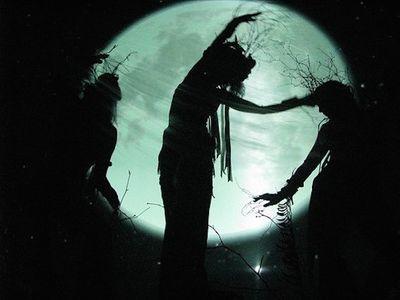 Du khách đổ xô đến ngôi làng phù thủy bí ẩn từng chịu lời nguyền suốt 800 năm - ảnh 1
