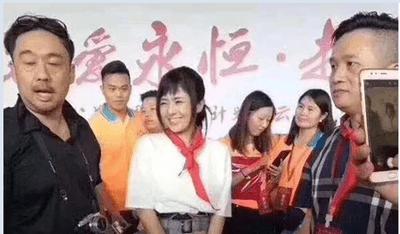 Điều tra việc công ty Trung Quốc để nữ diễn viên phim khiêu dâm quàng khăn đỏ - ảnh 1