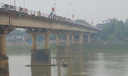 Xã hội - Hàng ngàn người khóc thương hai mẹ con nhảy sông tự tử