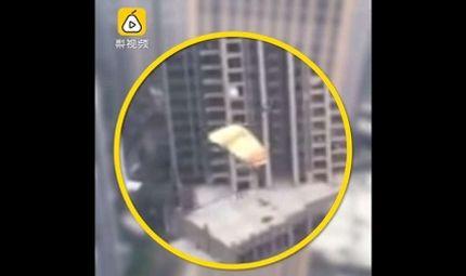 Tin thế giới - Người đàn ông Trung Quốc sống sót kỳ diệu sau khi nhảy từ tầng 41