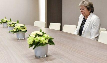 Tin thế giới - Thủ tướng Anh ngồi 1 mình trong phòng họp gây xôn xao mạng xã hội