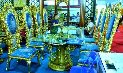 """Theo dòng - """"Hoa mắt"""" vì ngắm bộ bàn ăn dát vàng giá gần nửa tỷ đồng"""