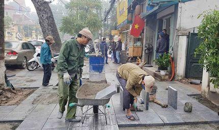 Tin tức - Quận Hoàn Kiếm lát đá vỉa hè bền 70 năm phục vụ người dân đón Tết