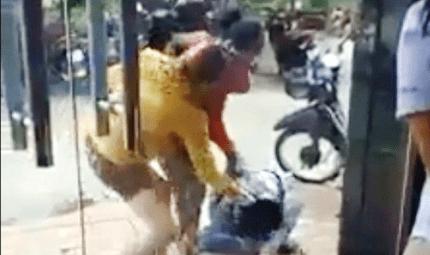 Tin tức - Cô gái trẻ bị 2 phụ nữ đổ sơn, đánh đập dã man trên phố