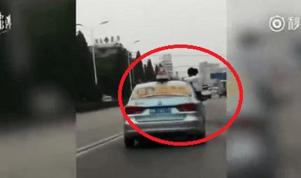 Tin tức - Clip: Cô gái ngồi làm bài tập trên nóc xe taxi khiến người xem thót tim