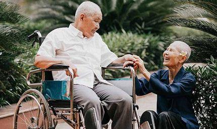 Tin tức - Chuyện tình cảm động sau bộ ảnh kỷ niệm 65 năm ngày cưới bên xe lăn